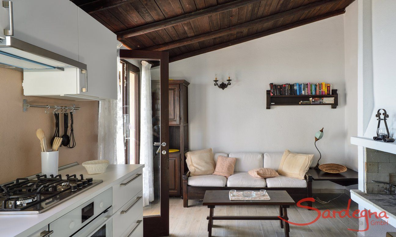 Neue, moderne Küche mit neuem Steinboden und Innenkamin