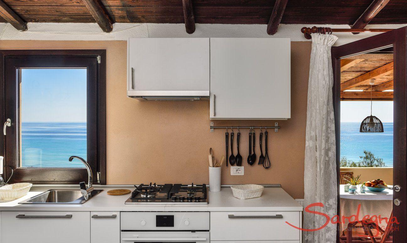 Vollausgestattete Küche mit Meerblick