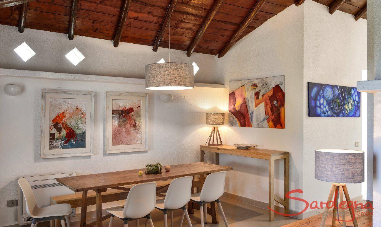 Heller und moderner Essbereich mit großem Tisch