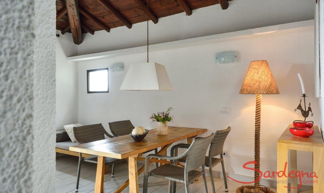Moderner Esstisch im Essbereich der Villa