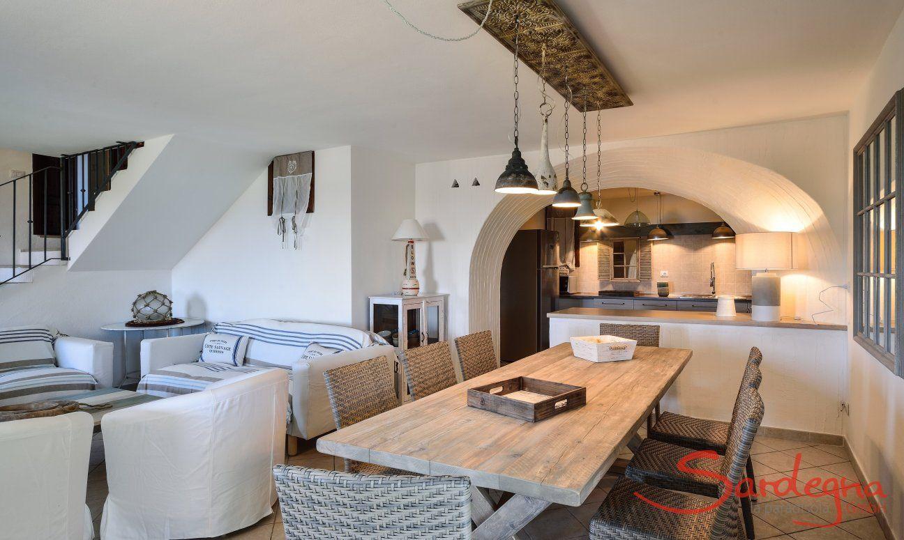 Großer Esstisch im Wohnbereich mit direktem Küchenzugang
