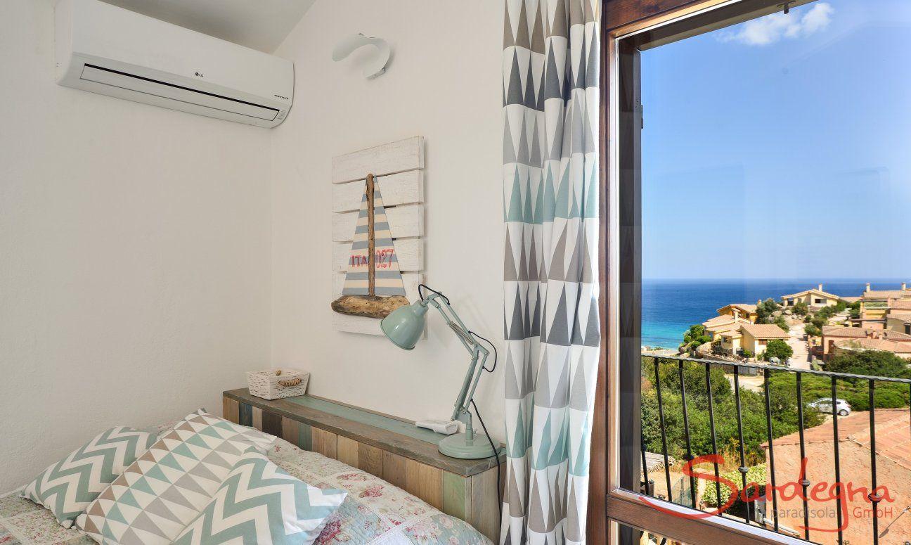 Stilvoll eingerichtetes Schlafzimmer 2 mit Meerblick