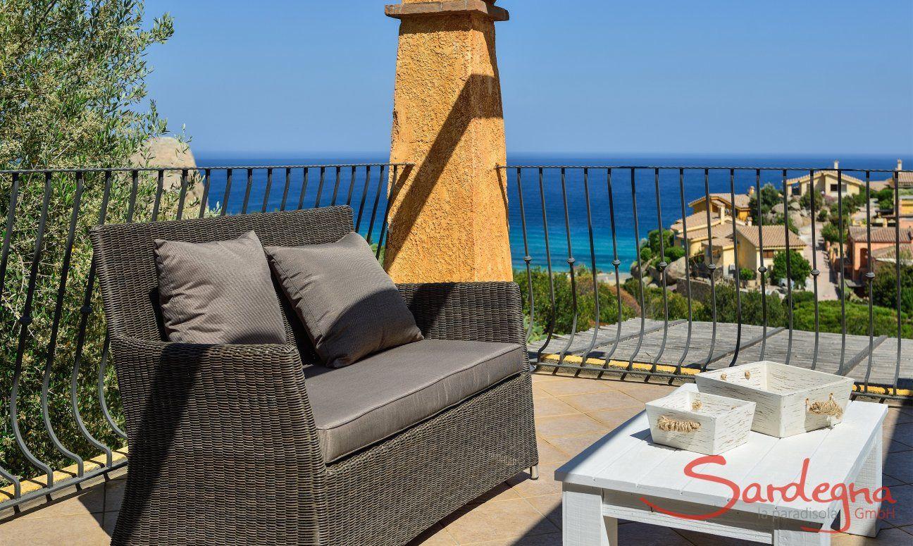 Obere Terrasse mit Loungebereich und Meerblick