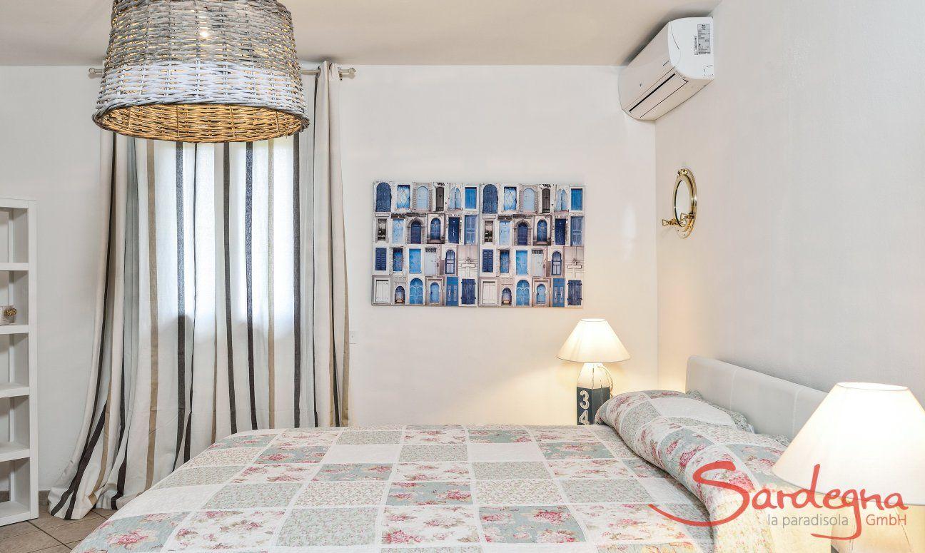 Schlafzimmer 1 mit Doppelbett und sardischer Dekoration