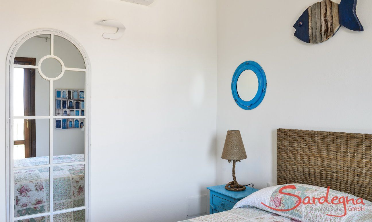 Schlafzimmer 1 mit großem Spiegel