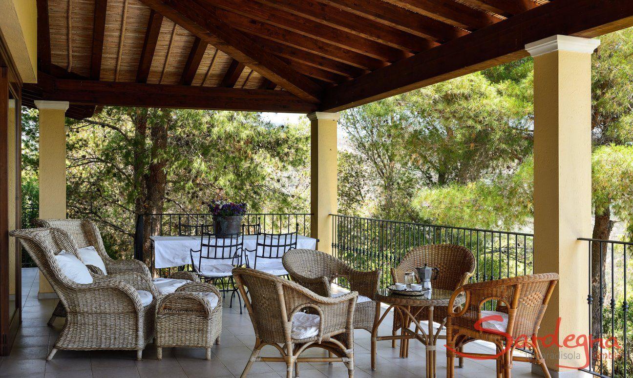Großräumige Terrasse mit überdachtem Essbereich