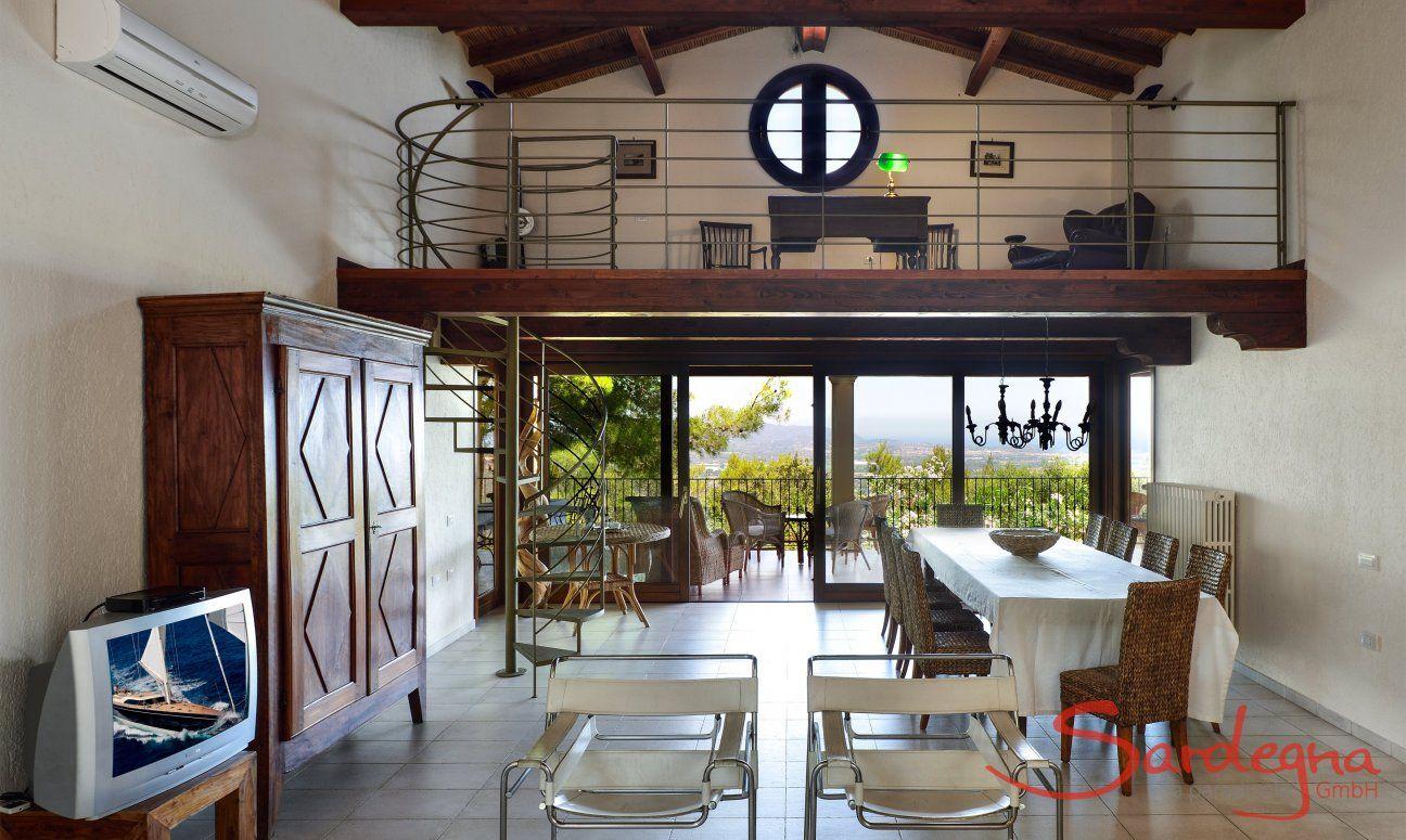 Heller Wohnbereich mit Glasfront und Terrassenzugang