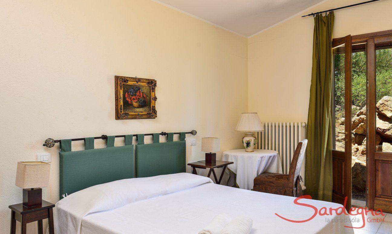 Schlafzimmer 1 mit Doppelbett und Gartenzugang