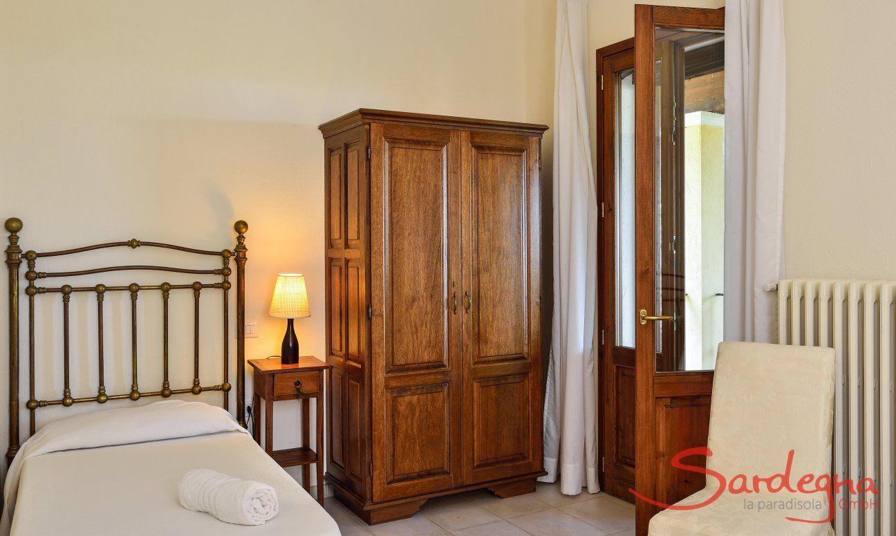 Schlafzimmer 2 mit Einzelbett und Gartenzugang