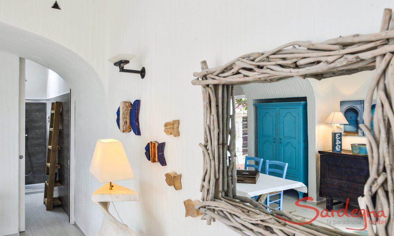 Wohnzimmer und Blick in das Bad