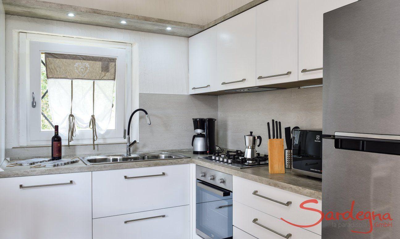 Moderne und helle Küche mit allen wichtigen Geräten