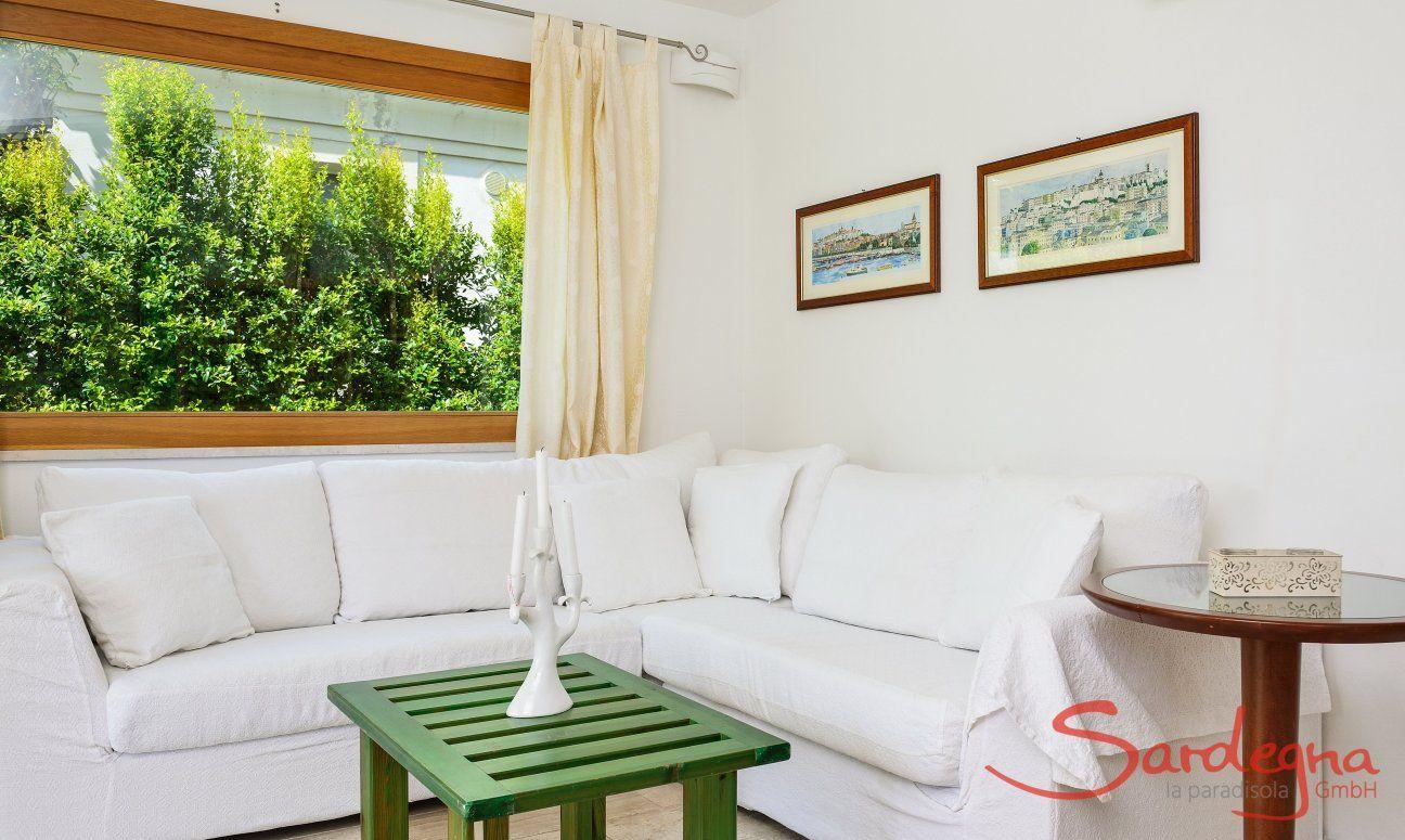 Sofa-Ecke mit direktem Tageslicht