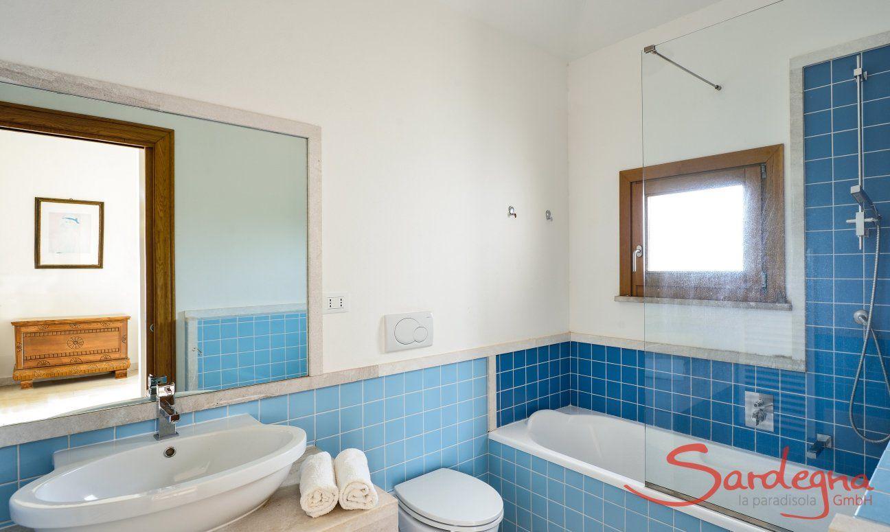 Bad im ersten Stock mit Badewanne