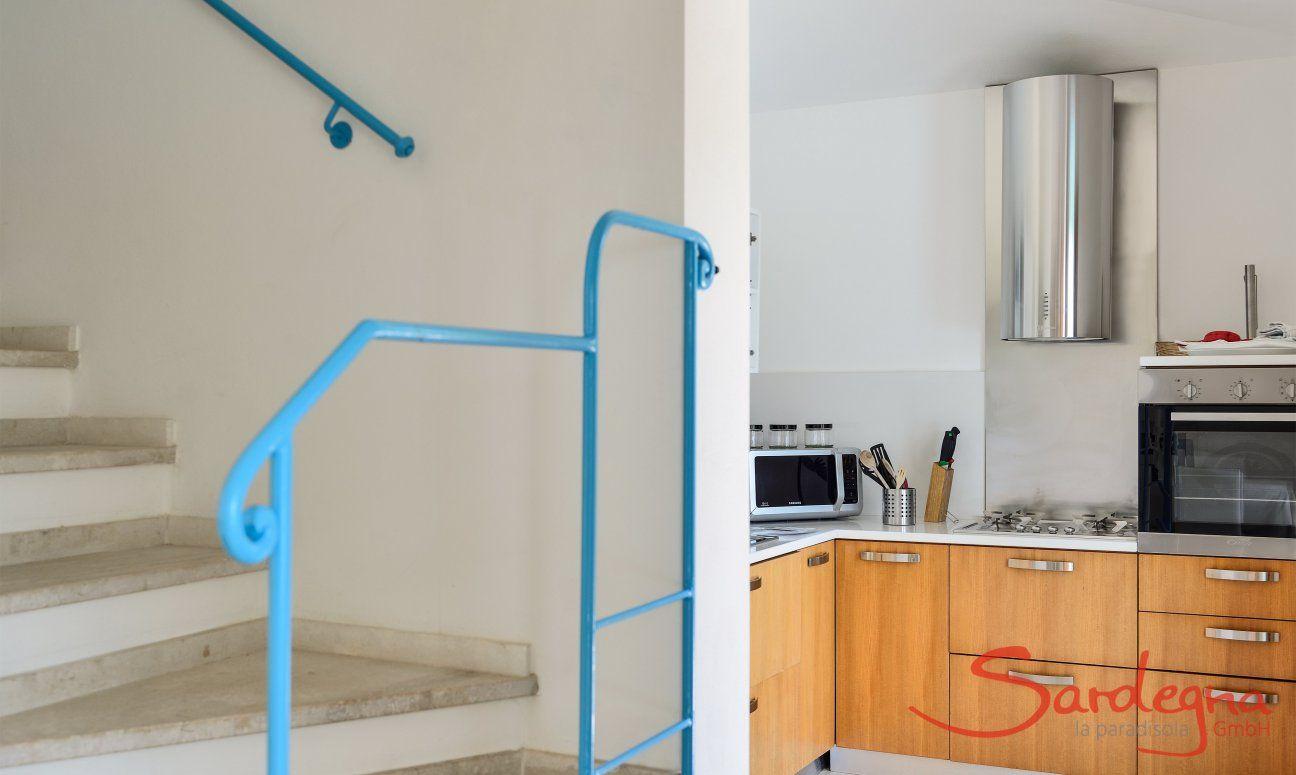 Treppenaufgang und Blick in die Küche