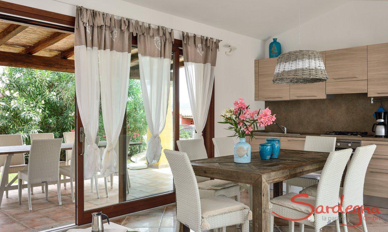 Helle Küche mit Esstisch