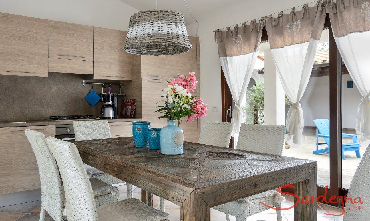 Küche, Esstisch und Innenhof