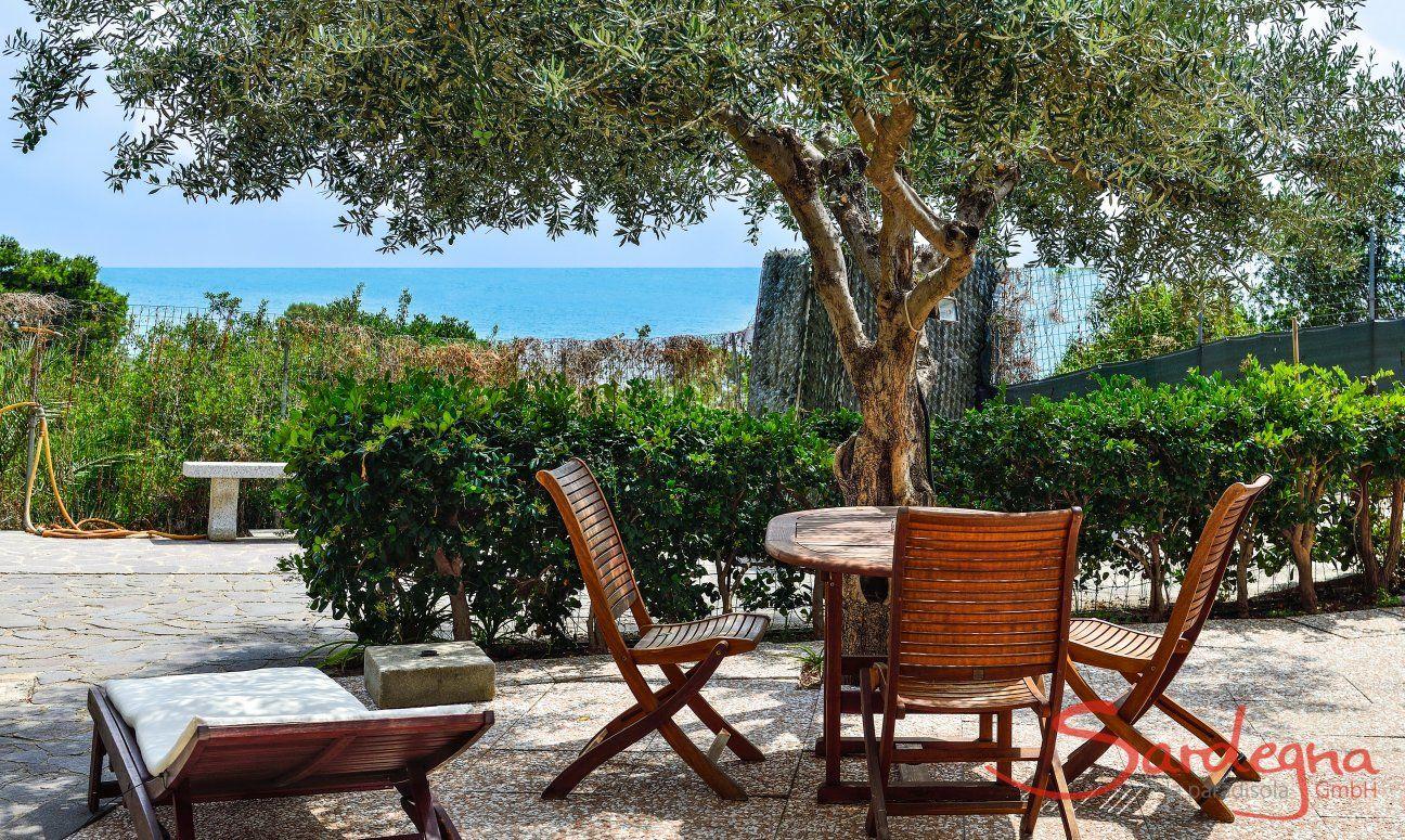 Terrasse mit Kaffeetisch, Sonnenliegen und Meerblick