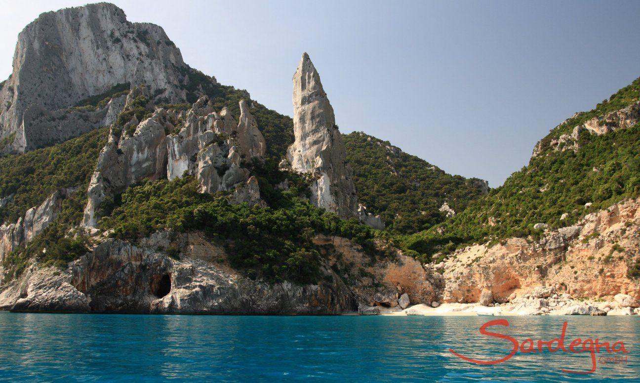 Blick vom Meer auf die Felsnadel Cala Goloritze; Cala Luna