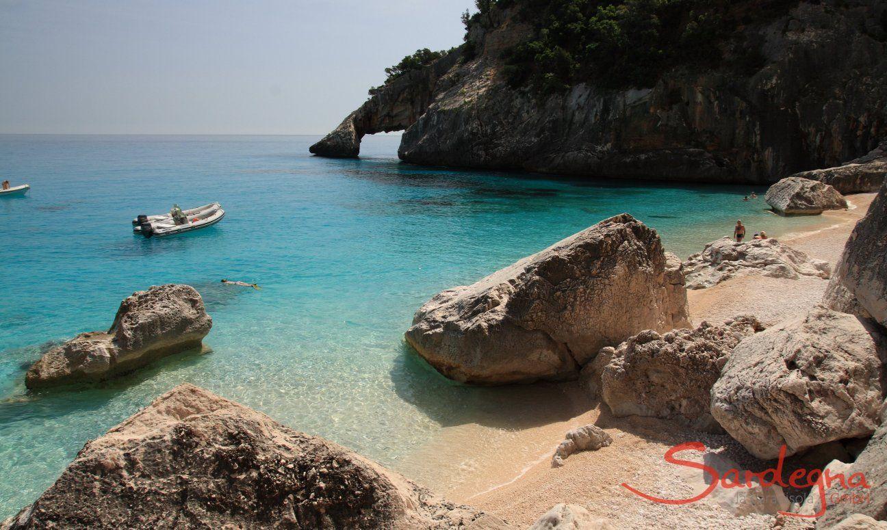 Unter der Felsnadel von Cala Goloritze befindet sich der charakeristische Felsbogen über dem Meer