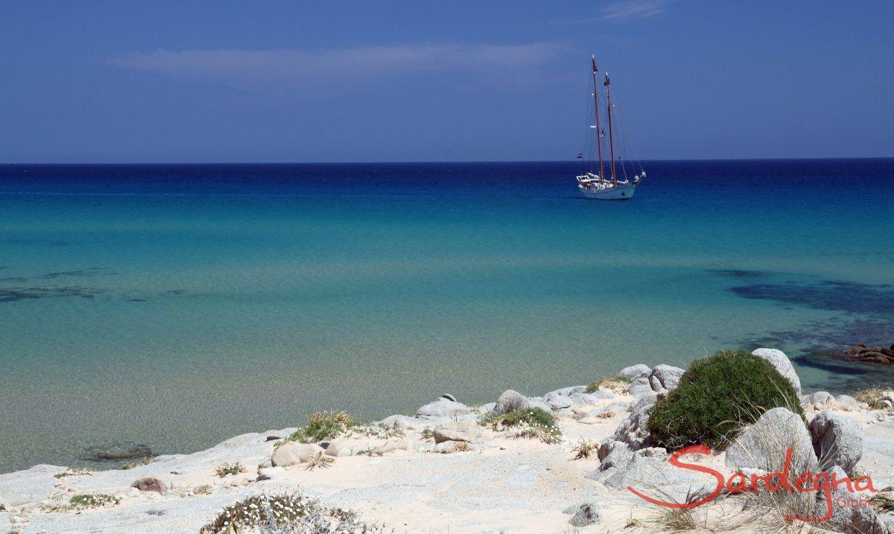 Traumstrand mit türkisfarbenem Meer der Costa Rei