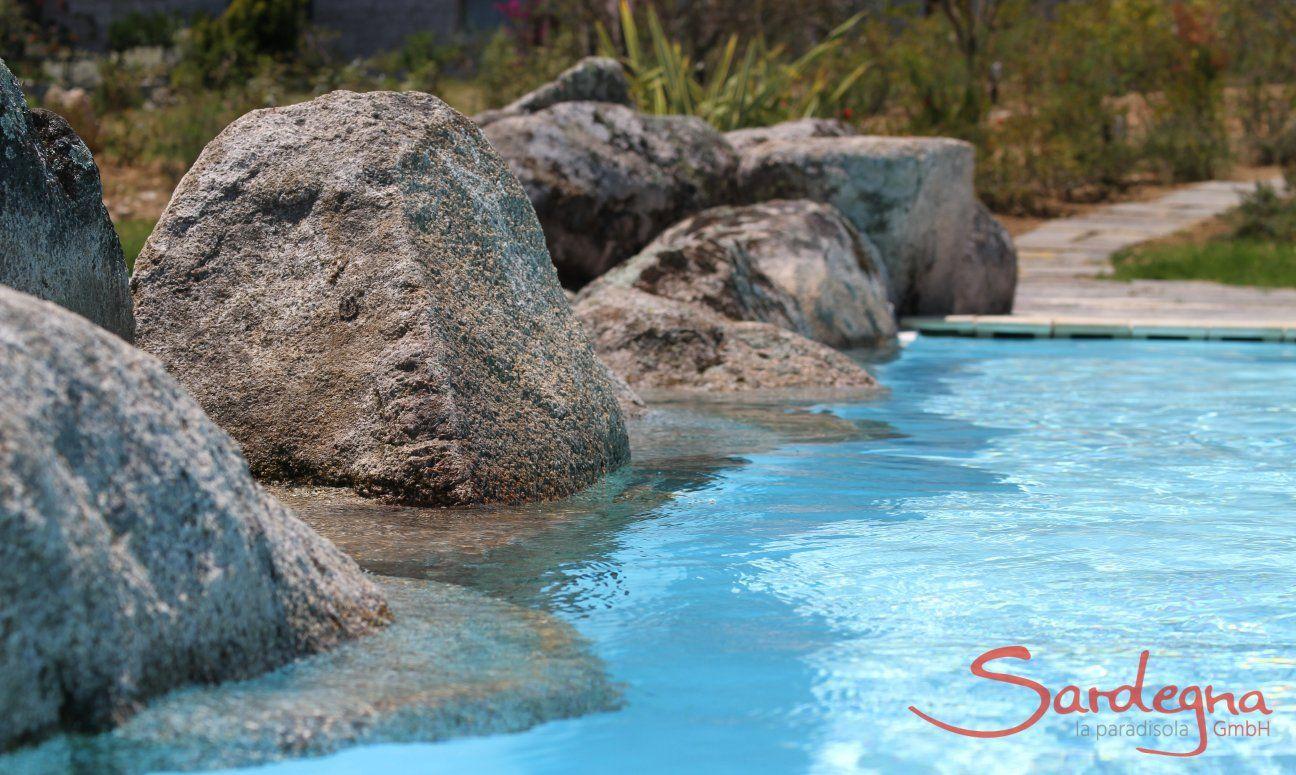 Pool mit Rand aus Granitfelsen