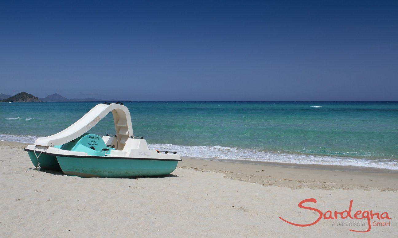 Tretbootverleih am Strand von Cala Sinzias
