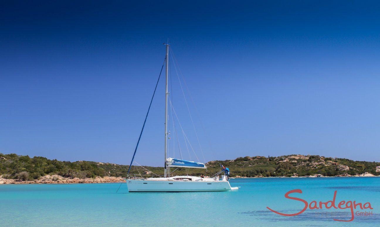 Segelboot schwebt auf dem glasklaren Wasser von Cala di Volpe