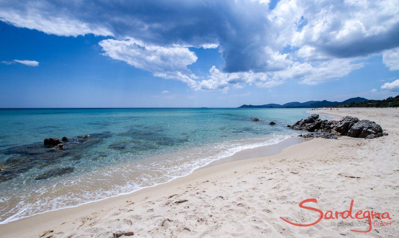 Weißer Sandstrand und glasklares Wasser an der Costa Rei