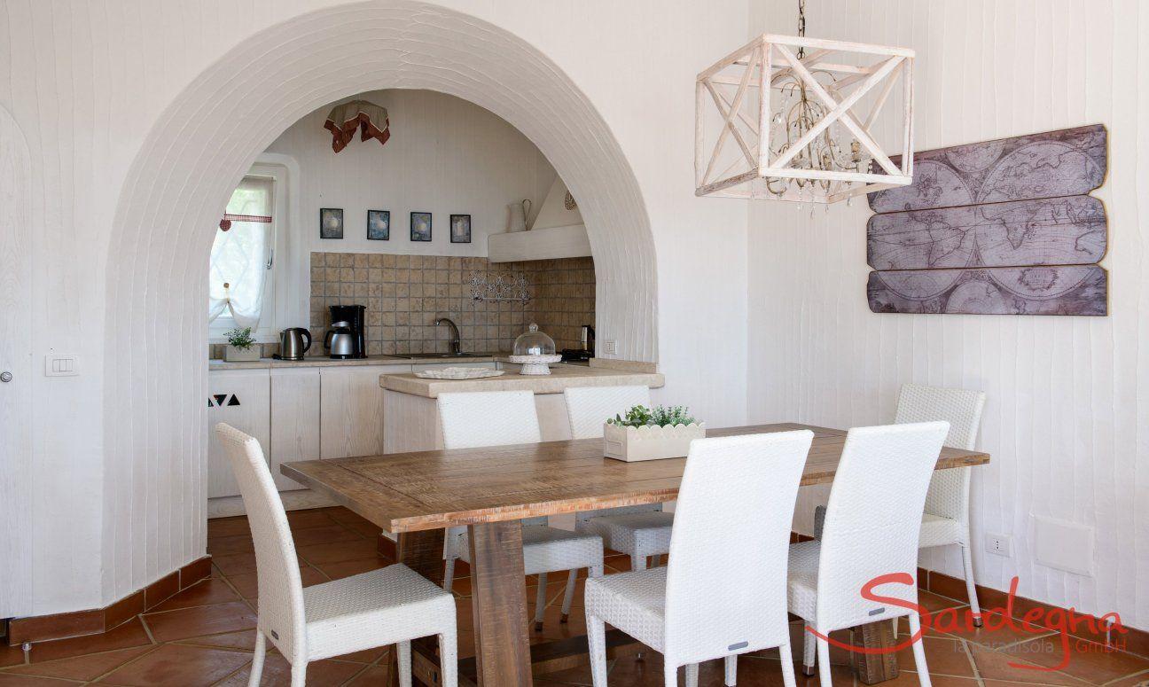 Essbereich mit Küchenansicht