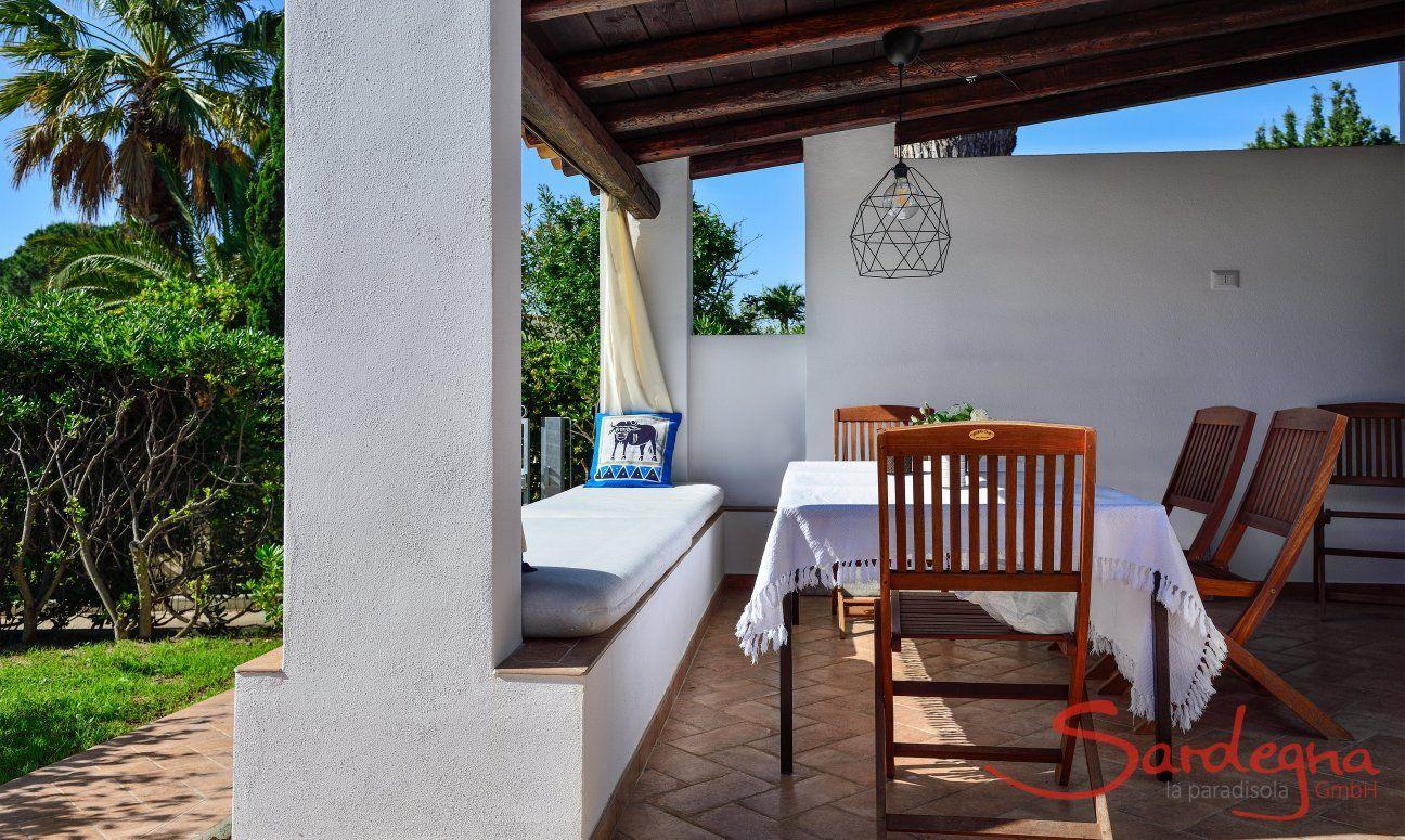 Überdachte, schöne Terrasse mit Blick auf den Garten