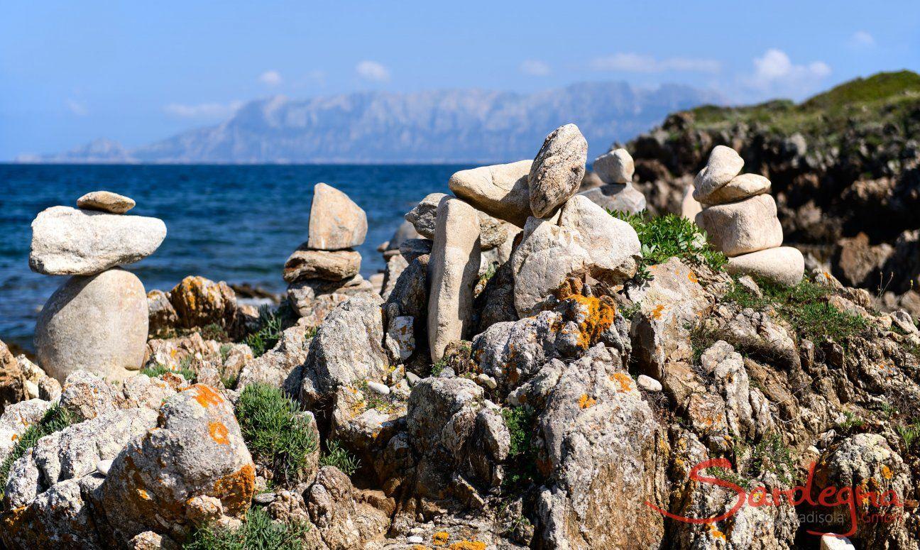 Steinformationen mit der Insel Tavolara im Hintergrund