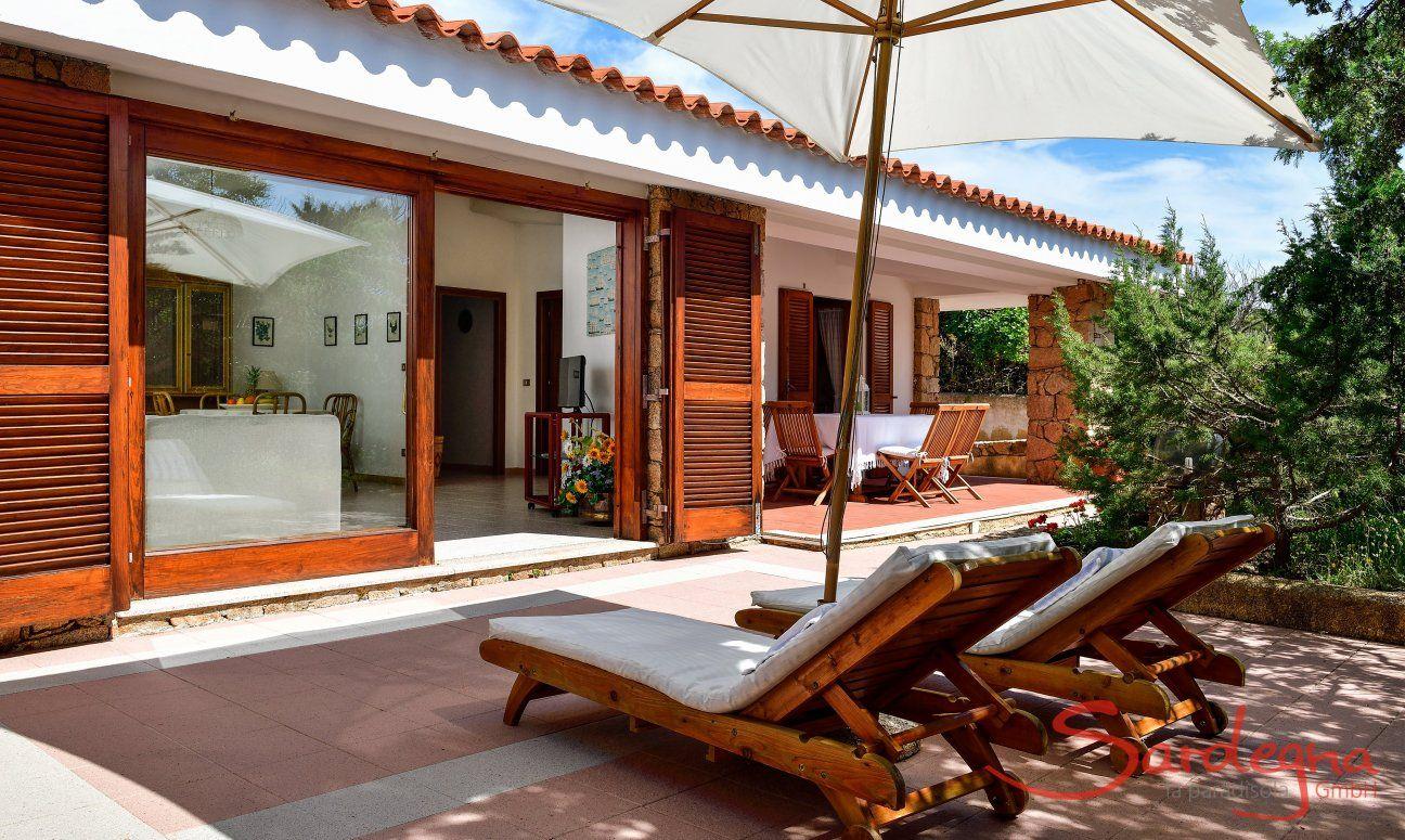 Terrasse mit Blick auf den überdachten Essbereich