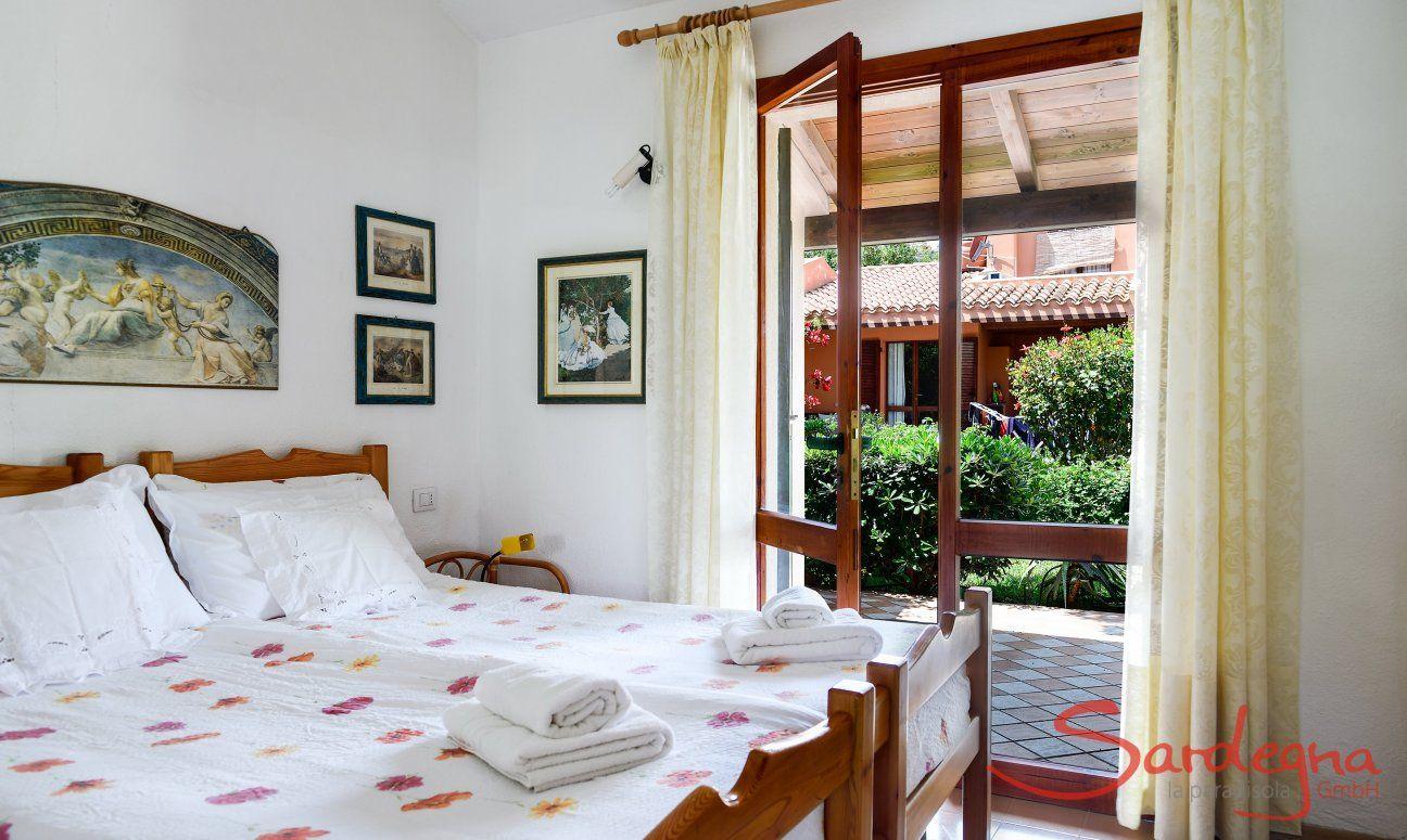 Schlafzimmer 1 mit Einzelbetten und Gartenzugang