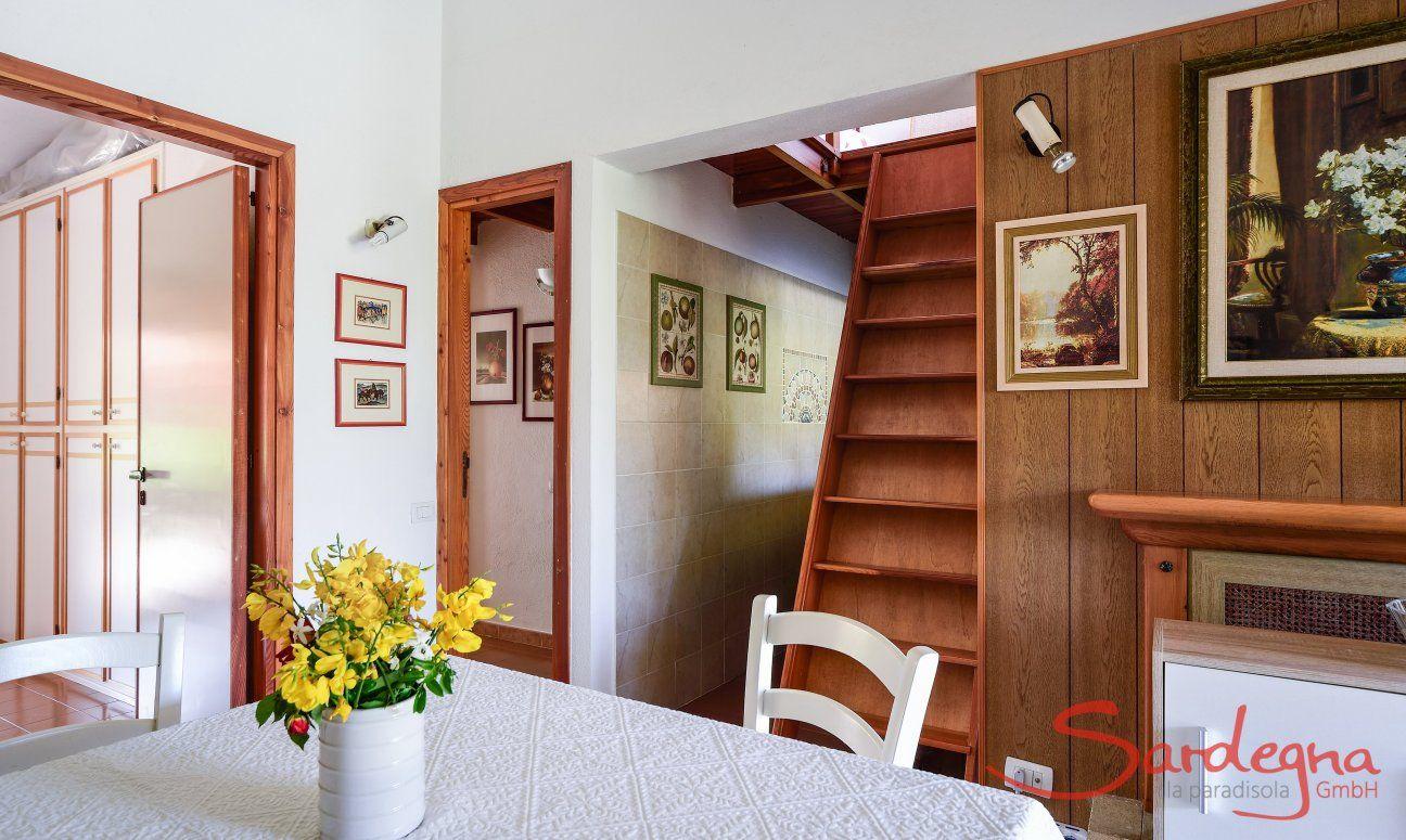 Wohzimmer und Treppe zum oberen Schlafbereich