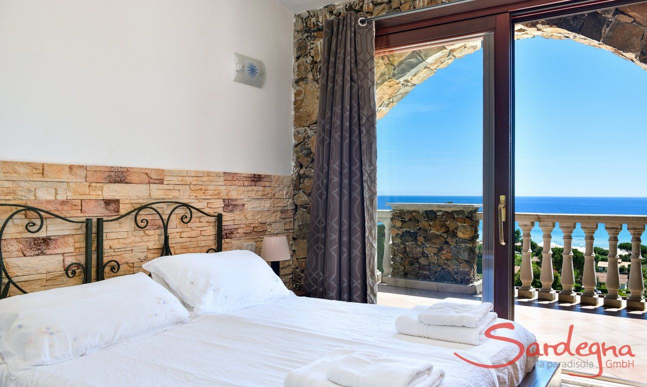 Schlafzimmer 1 mit Terrassenzugang und Meerblick