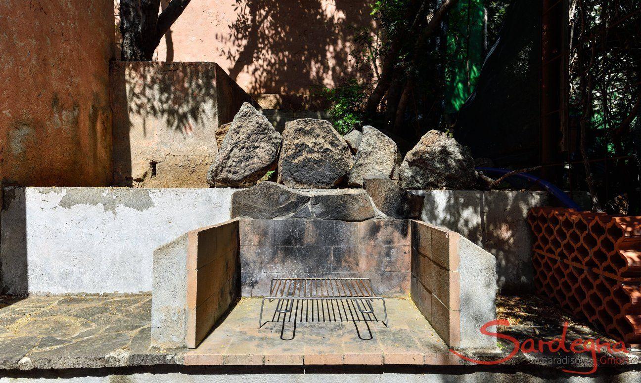 Gemauerter Barbecue im Garten