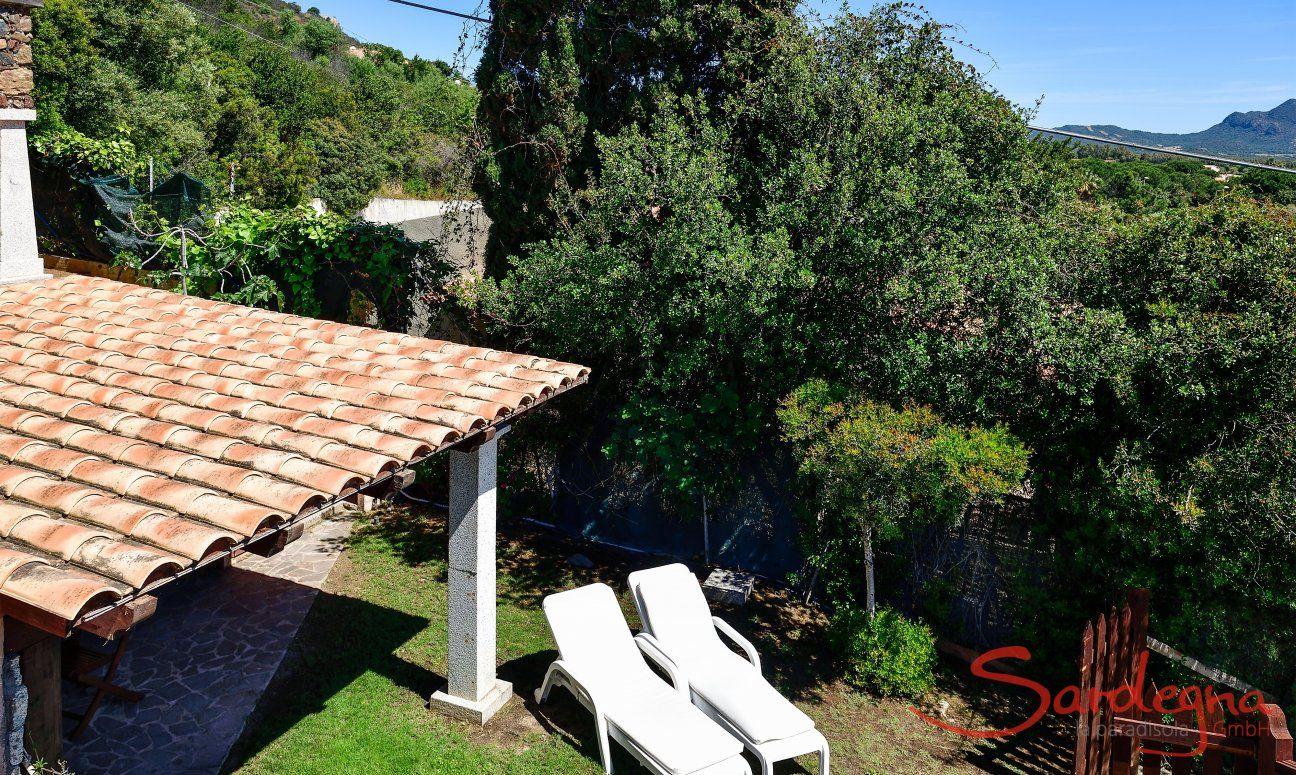 Garten mit Sonnenliegen und Terrasse