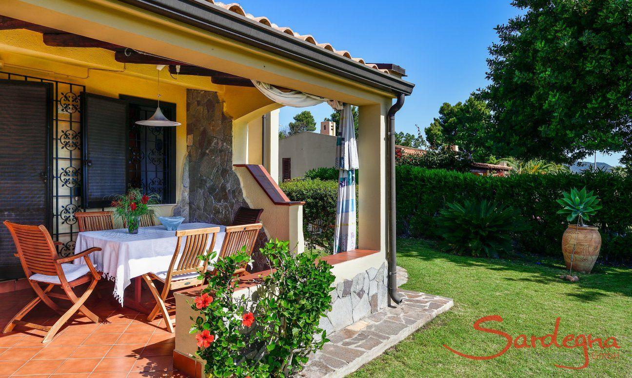 Überdachte Terrasse mit Essbereich