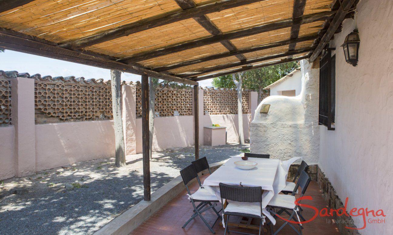 Überdachte Terrasse mit großem Esstisch
