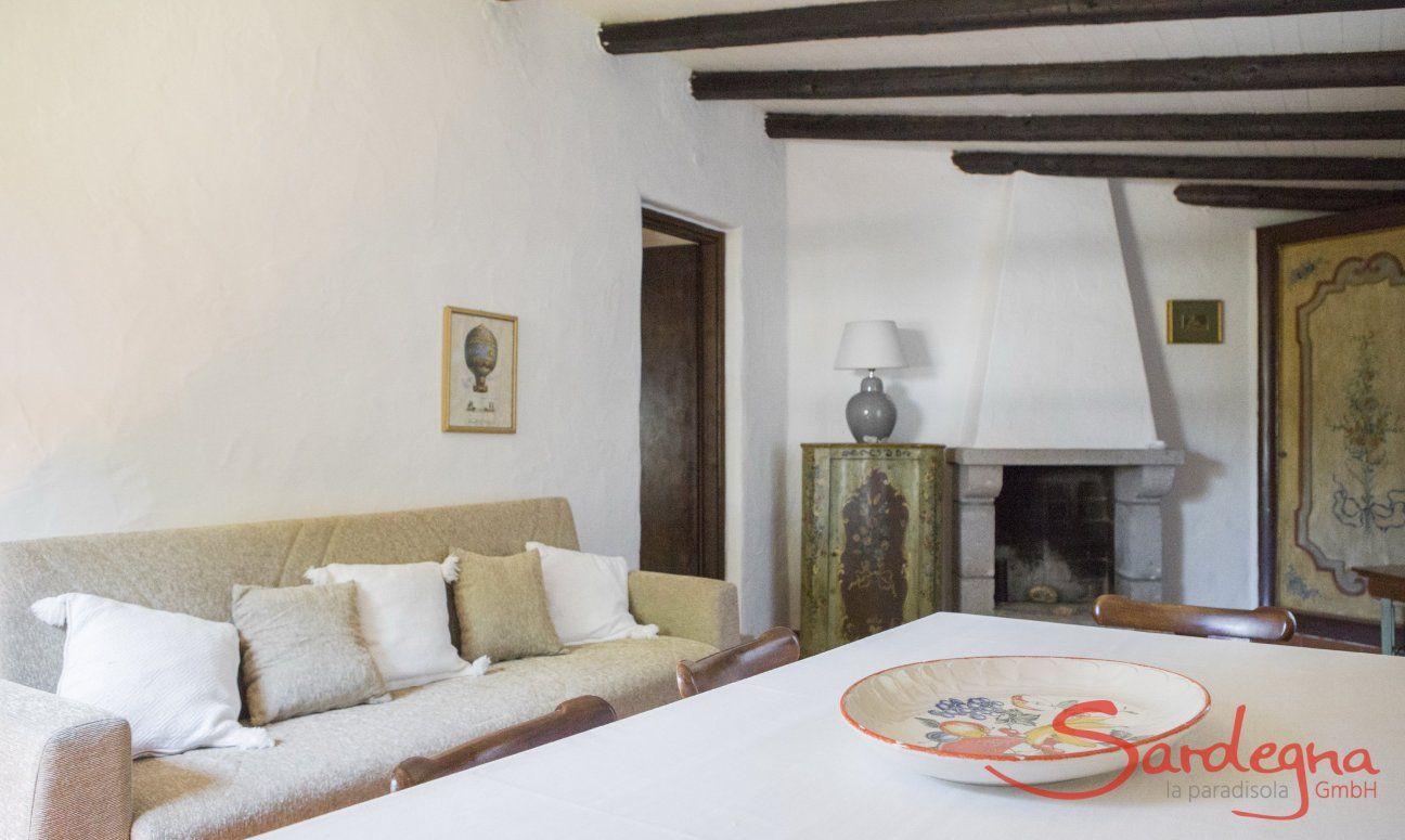 Wohzimmer mit Sofa-Ecke und Kamin