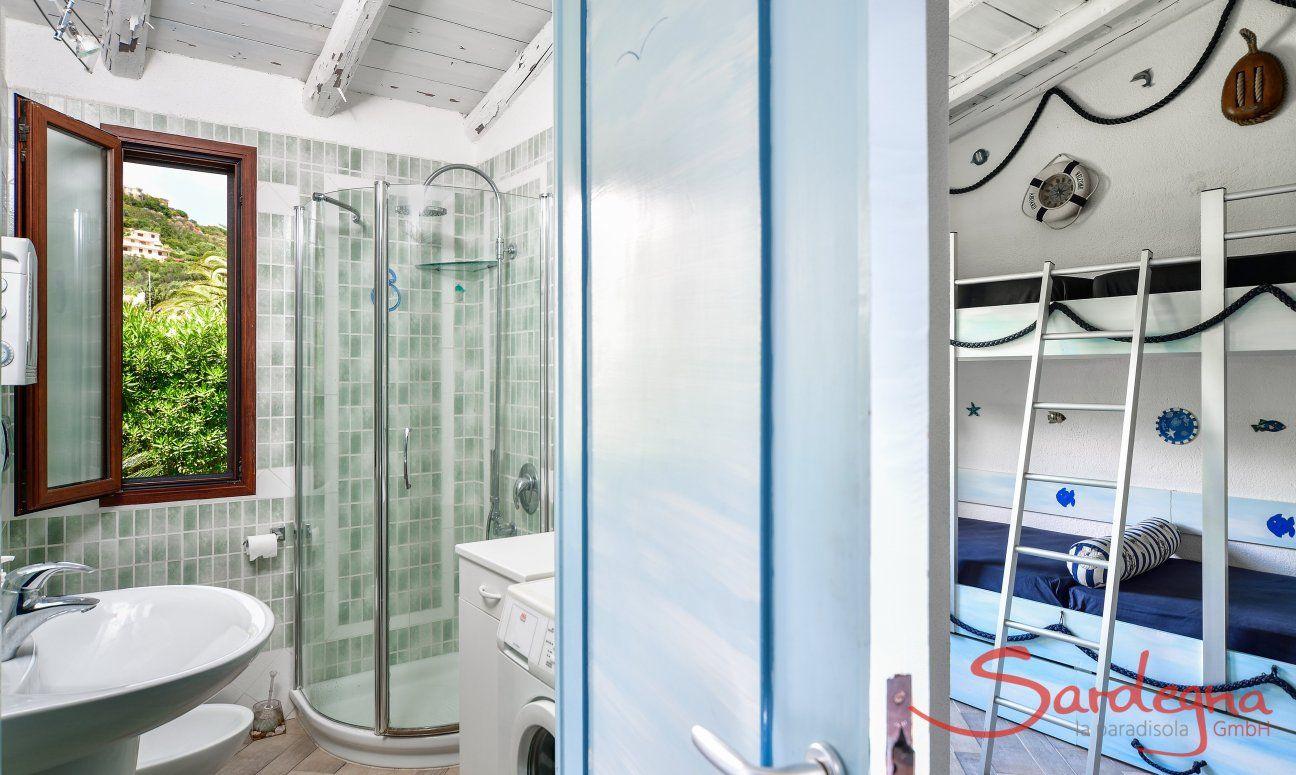 Bad mit Dusche und Kinderzimmer