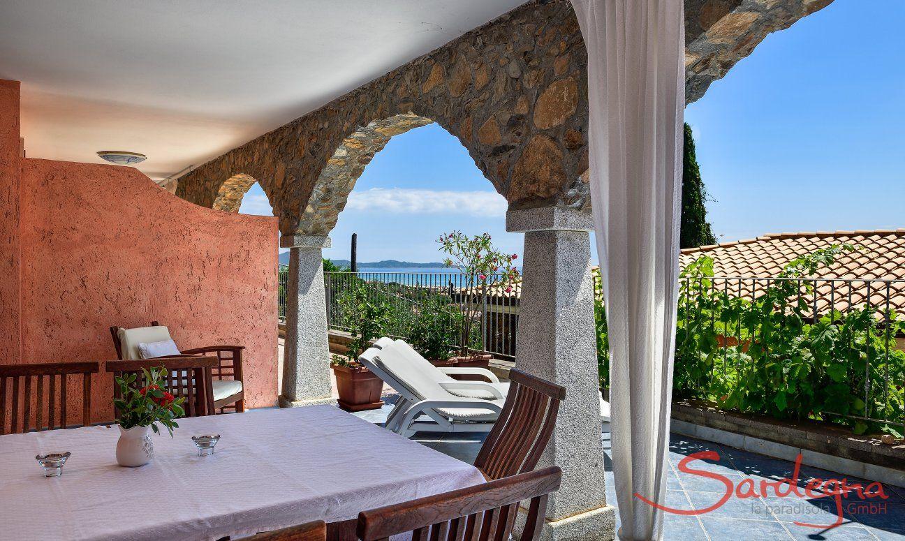 Esstisch mit Blick über das Meer der Costa Rei