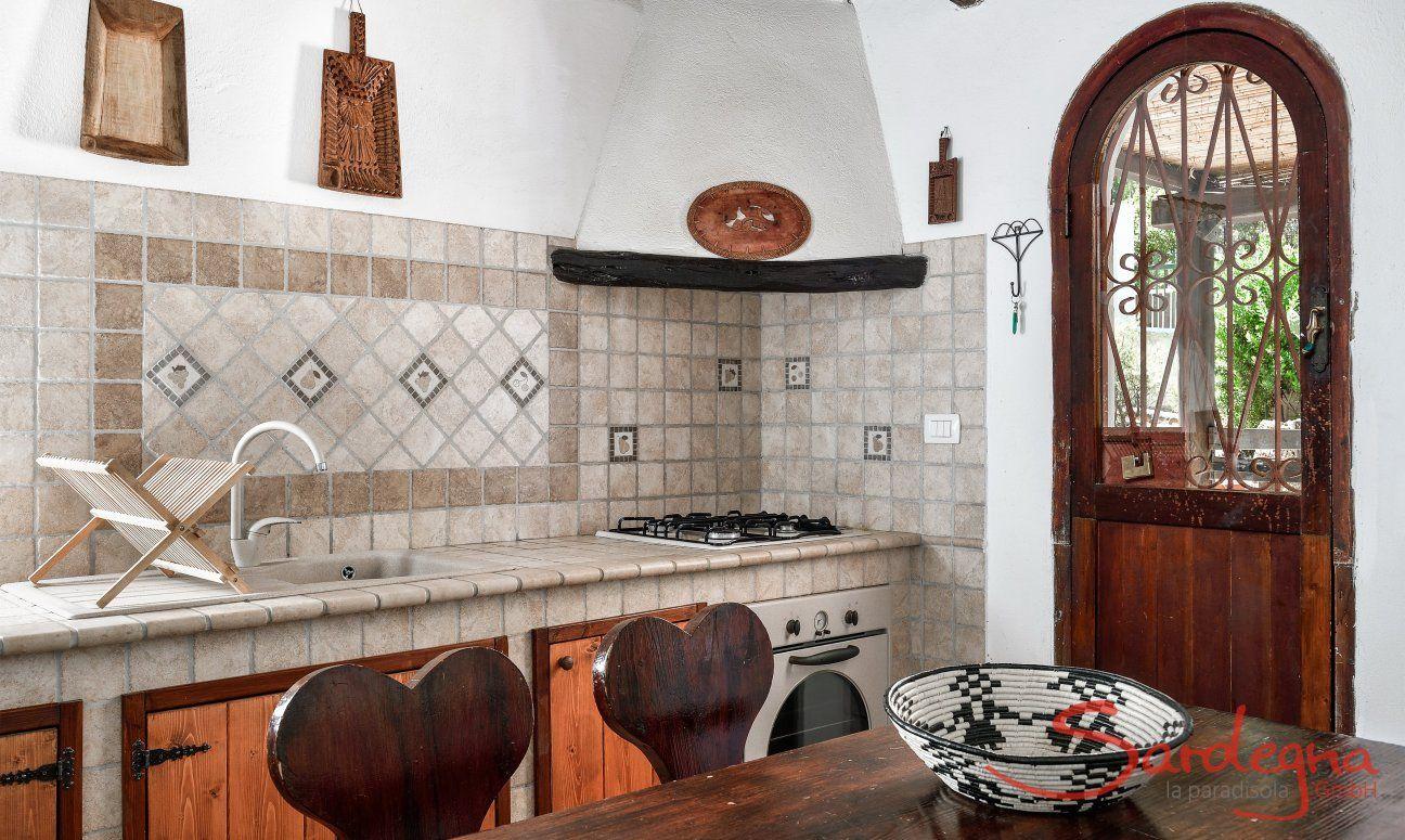 Küche im Landhausstil mit Ofen und Herd und Esstisch aus Holz