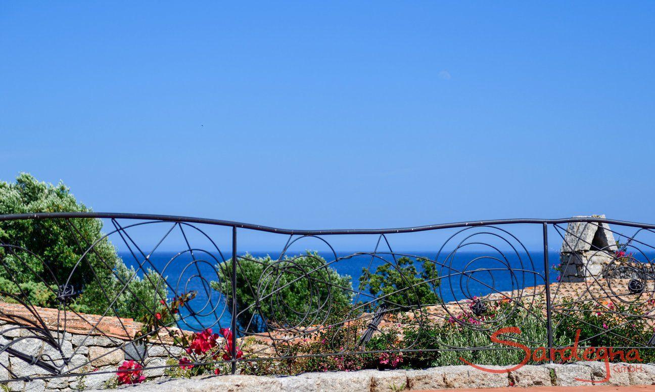 Schmiedeisener Zaun der Piazza von Sant Elmo mit blauem Meer und Himmel
