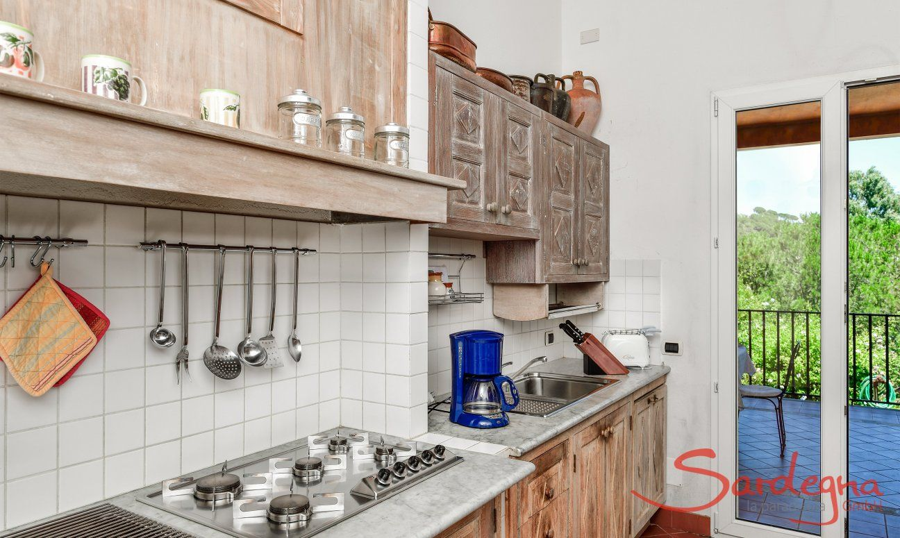 Sardisch eingerichtete Küche mit allen wichtigen Geräten