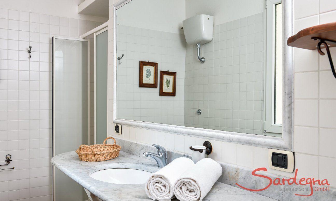 Bad im Westflügel mit Dusche und Bidet