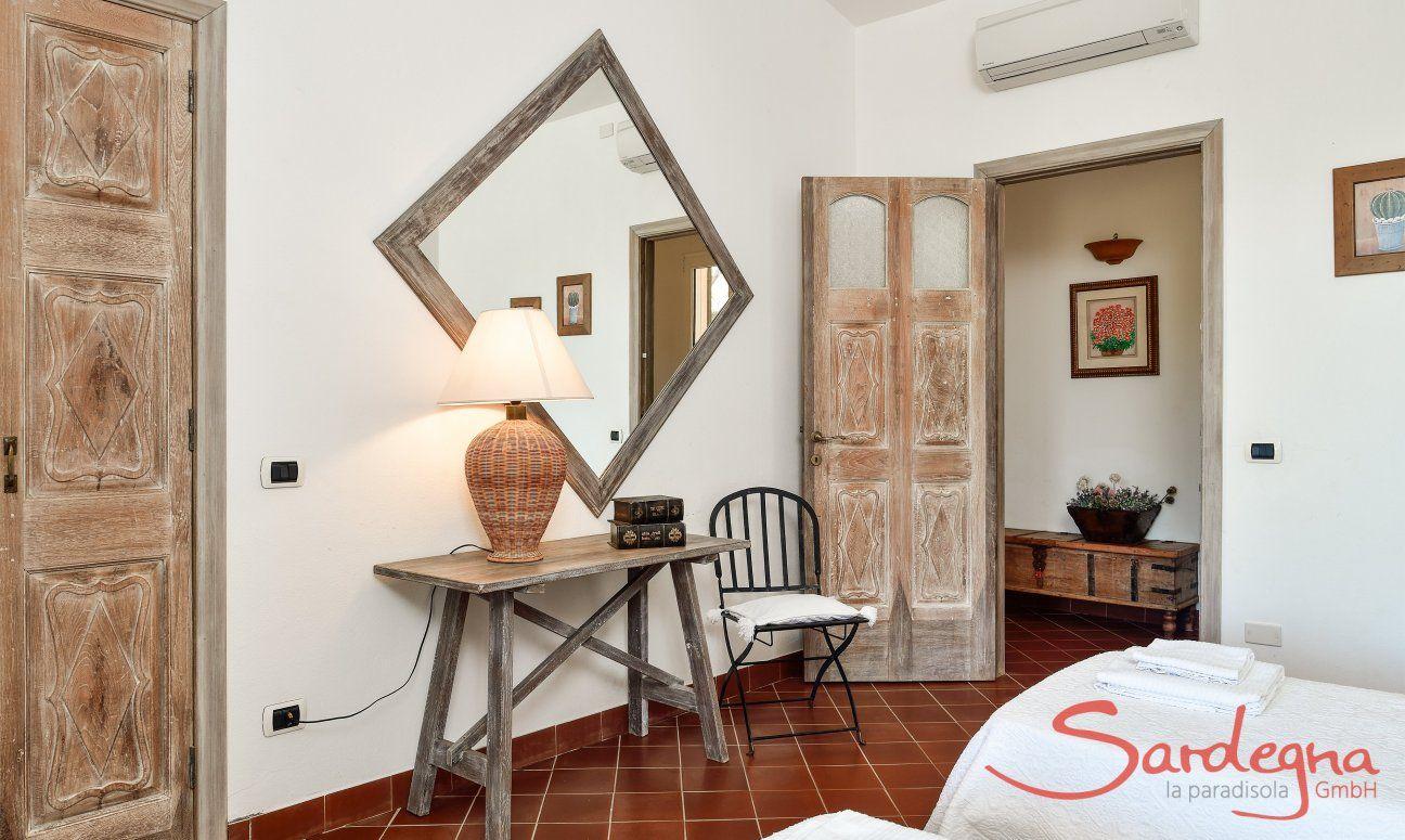 Schlafzimmer 1 Ostflügel mit sardischen Einrichtungsgegenständen