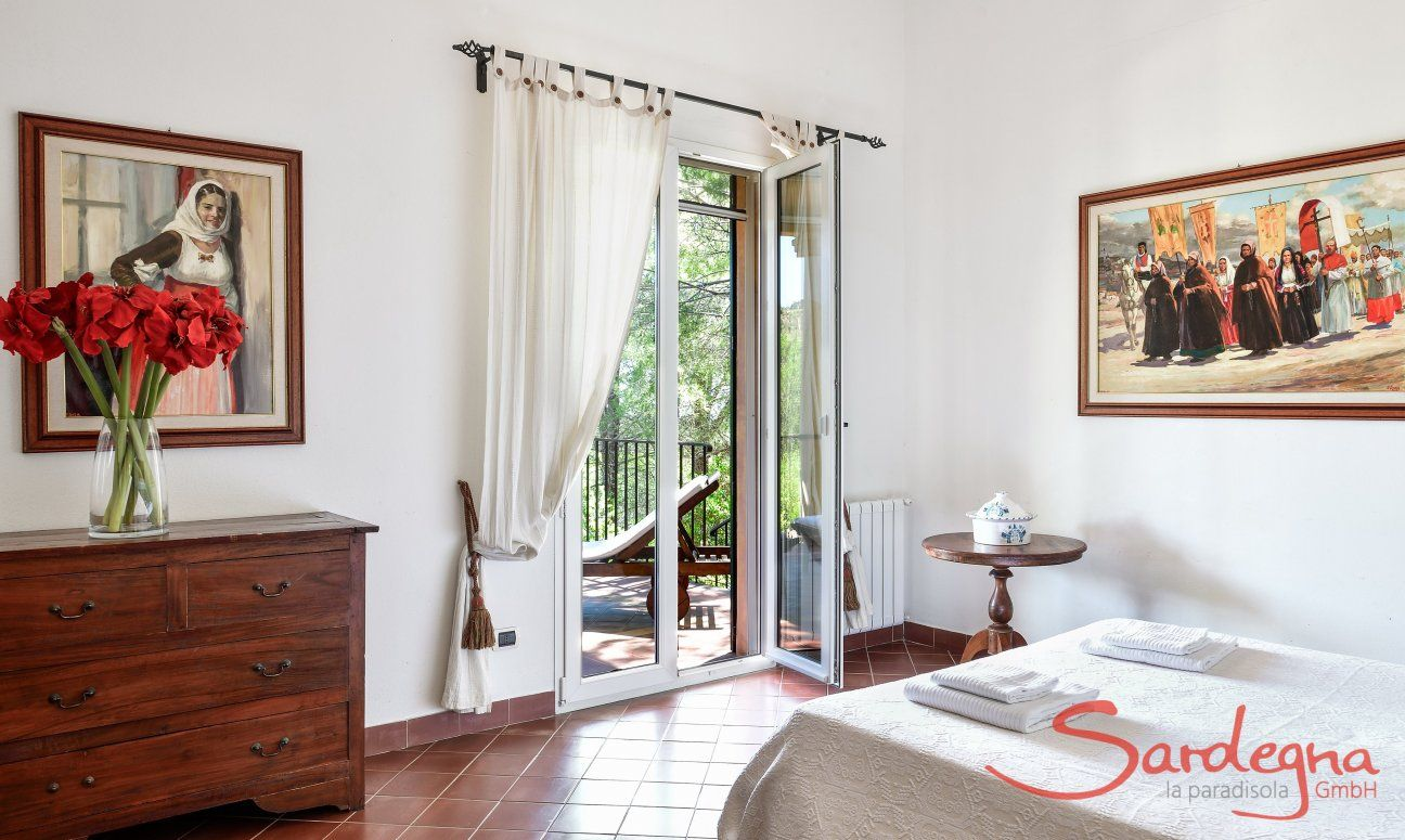Schlafzimmer 2 im Ostflügel mit Doppelbett und Terrassenzugang