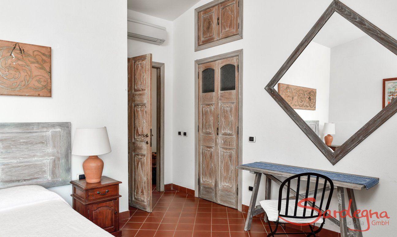 Schlafzimmer 2 im Ostflügel mit sardischer Einrichtung