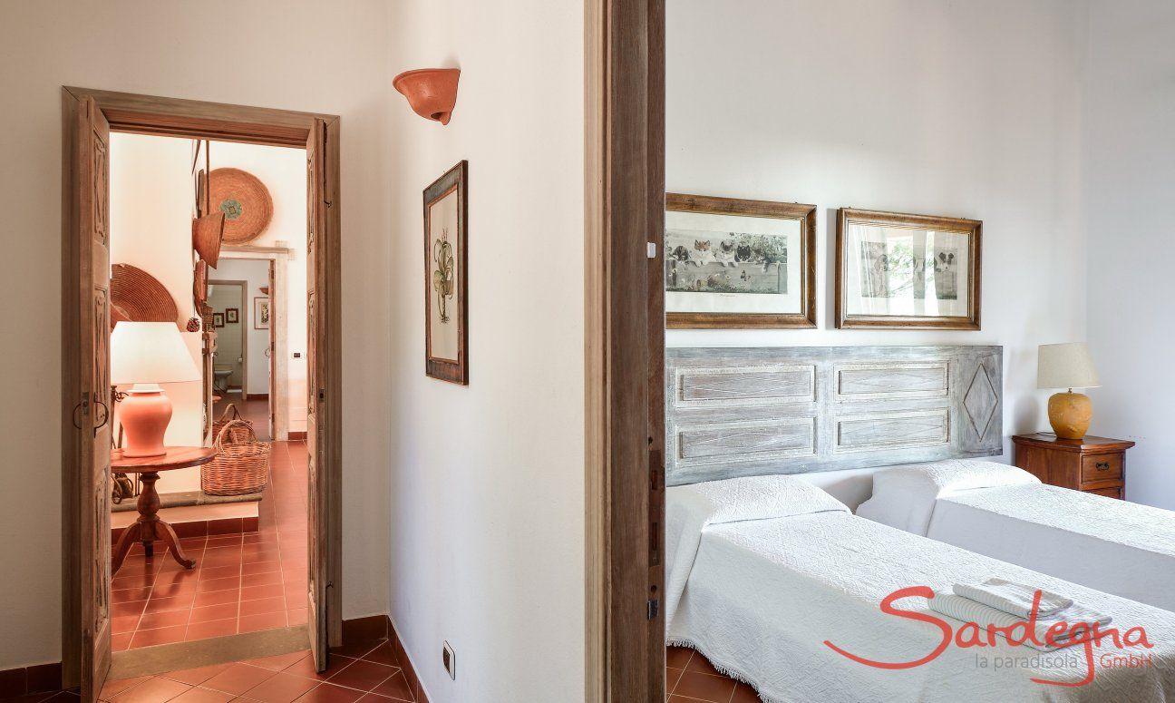 Schlafzimmer 1 im Ostflügel mit zwei Einzelbetten